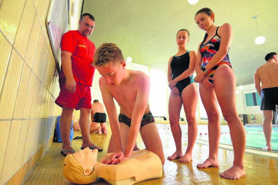 Dorin Lohan (16) übt eine Herzdruckmassage bei einer Trainingsstunde im Stadtbad.