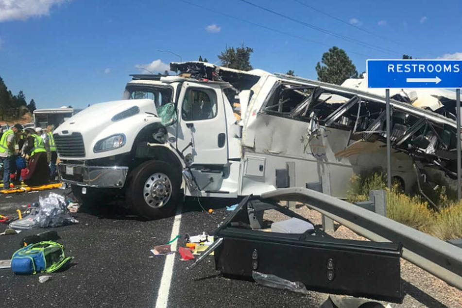 Der völlig zerstörte Reisebus im Nationalpark. Die Unfallursache ist noch nicht geklärt.