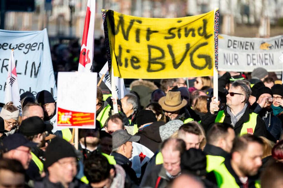 """""""Wir sind die BVG"""" steht bei einer Kundgebung zum Streik von Arbeitnehmer der Berliner Verkehrsbetriebe (BVG) und ihrer Tochtergesellschaft Berlin Transport vor der BVG Zentrale auf einem Plakat."""
