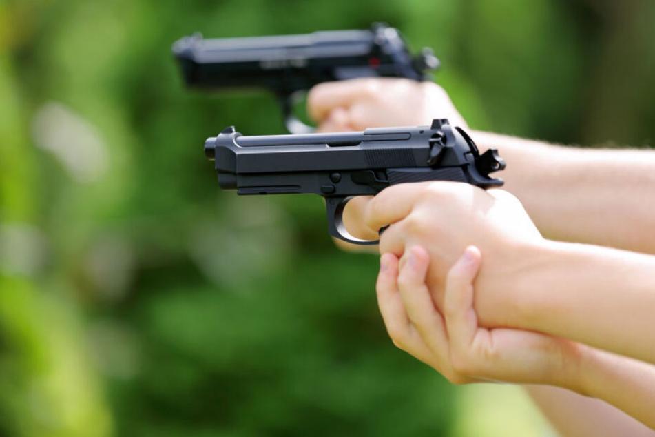 Zeugen hatten zwei bewaffnete Männer in der Frankfurter Hirtenstraße gemeldet (Symbolbild).