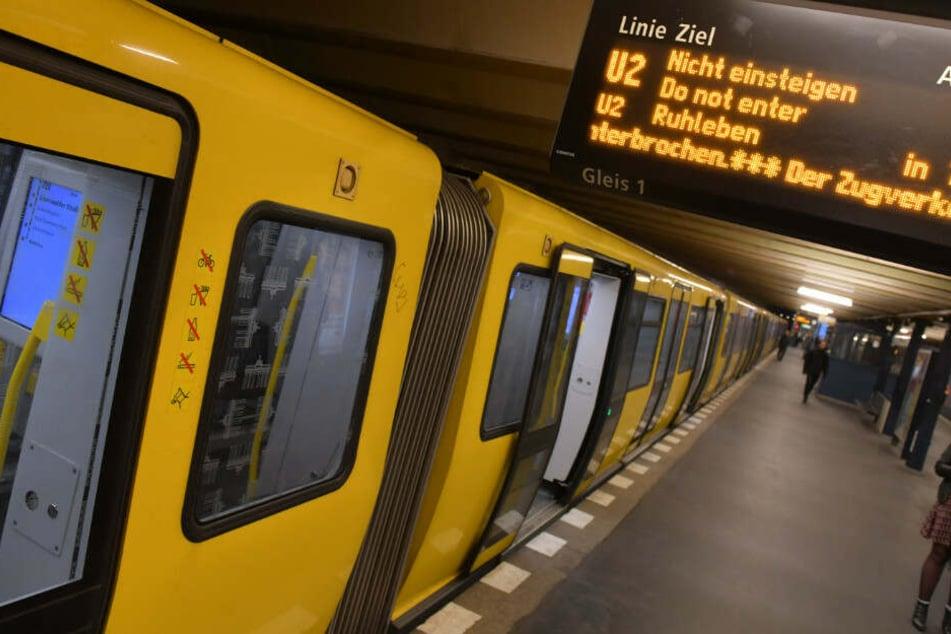 Am U-Bahnhof Osloer Straße ist ein Mann im Gleisbett von einer einfahrenden Bahn erfasst worden. (Symbolbild)