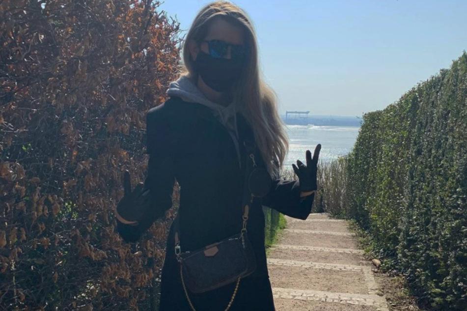 Spaziergang in Corona-Zeiten: Welche Promi-Dame verbirgt sich hinter diesem Look?