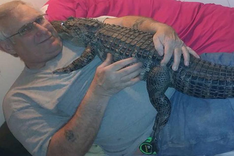 Ein skurriler Anblick: Joie kuschelt mit seinem Alligator.