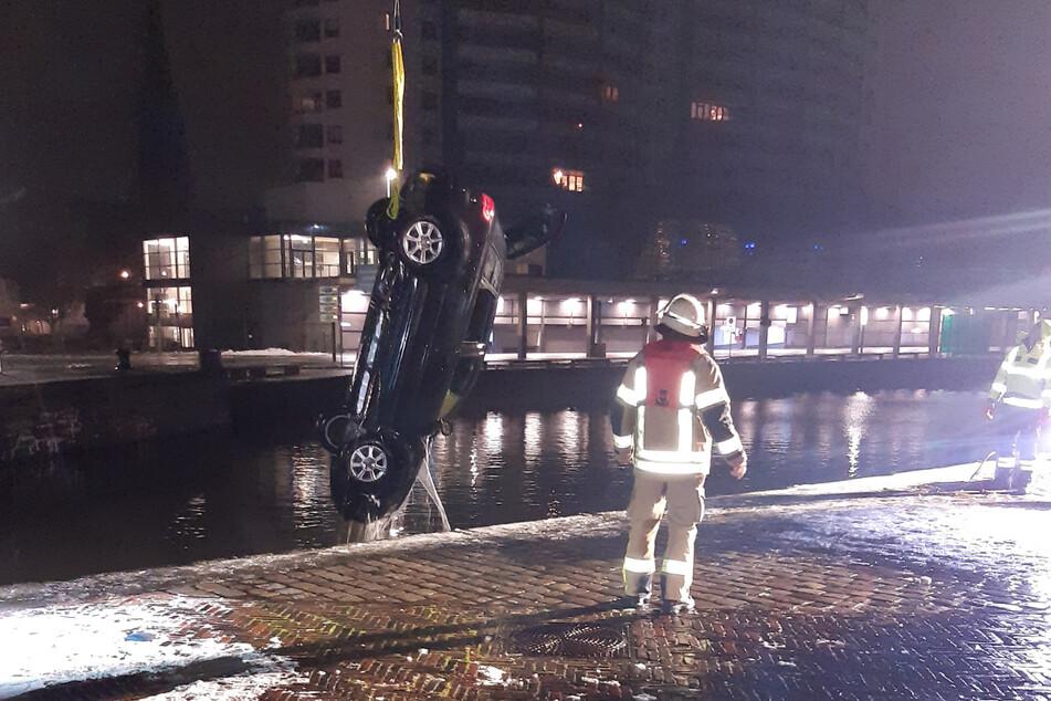 """Fahrer """"abgelenkt"""": 25-Jähriger landet mit Auto in Hafenbecken"""