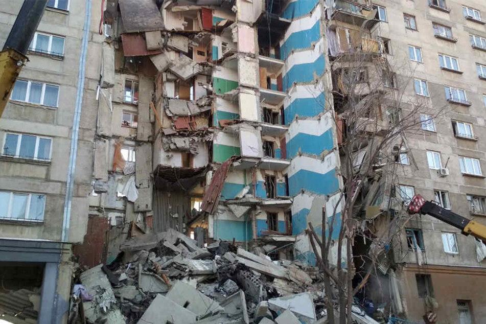Ein Großaufgebot an Rettern sucht in den Trümmern weiter nach Vermissten.