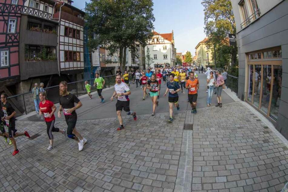 Auch über die historische Krämerbrücke ging es für die Läufer.