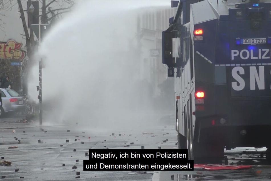 Ein Wasserwerfer rückt im Steinhagel vor. Die Aufnahme stammt von der Bereitschaftspolizei.