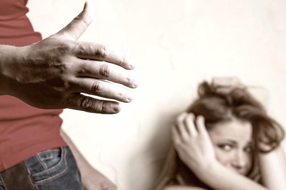 Eine 18 Jahre alter Mann wollte eine 19-Jährige vergewaltigen. Verhindert wurde dies von einer dritten Person (Symbolbild).