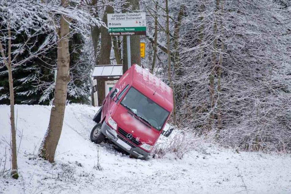 Am Ortsausgang Walthersdorf rutschte ein Transporter in einen Graben.