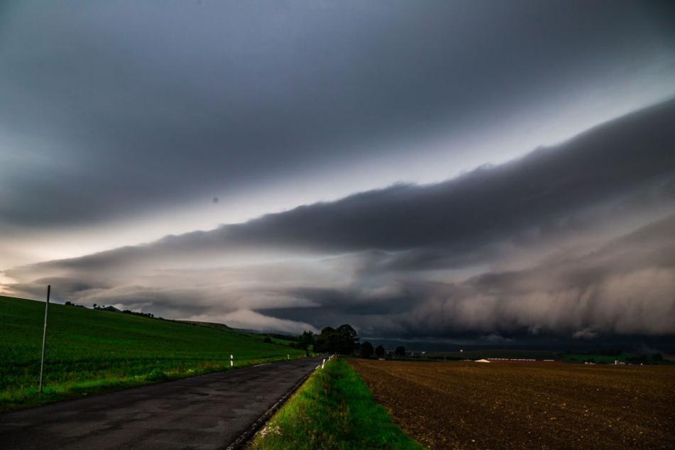 Am frühen Samstagmorgen zog bei Hildburghausen gegen 7:45 Uhr eine gigantische Shelf Cloud mit einem größeren Gewittersystem auf.