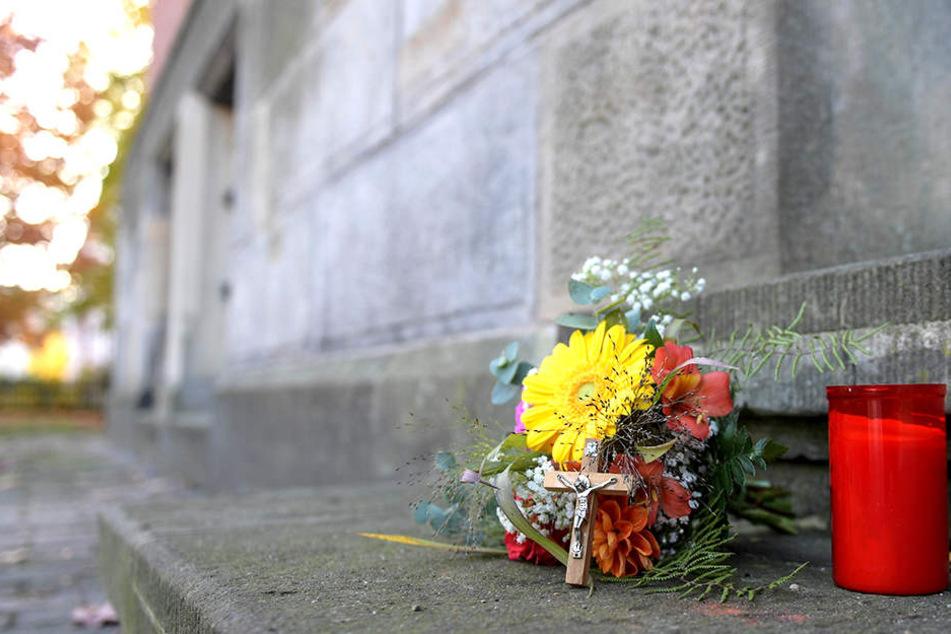 Angehörige des verstorbenen Vierjährigen haben vor dem Amtsgericht Harburg Blumen, ein Kreuz und eine Kerze niedergelegt.