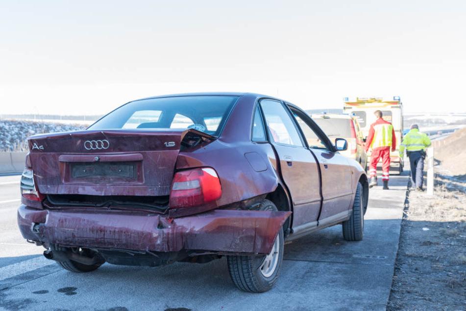 Der Audi wurde so schwer beschädigt, dass er abgeschleppt werden musste.
