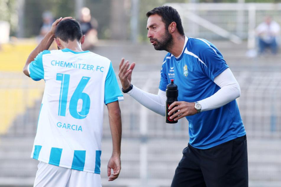 Co-Trainer Sreto Ristic gibt Rafael Garcia Anweisungen.