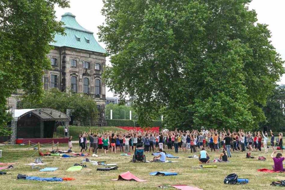 Schallendes Gelächter am Elbufer: Mehr als Hundert Menschen trafen sich am Montag beim Palais Sommer zum Lachyoga.