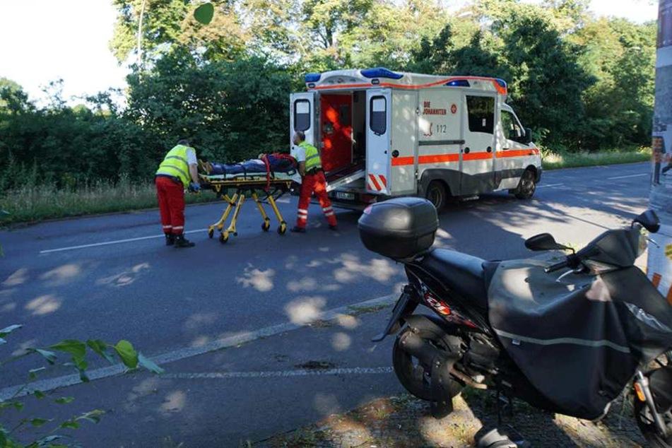 Der verletzte Motorroller-Fahrer wurde mit dem Krankenwagen in die Klinik gebracht.