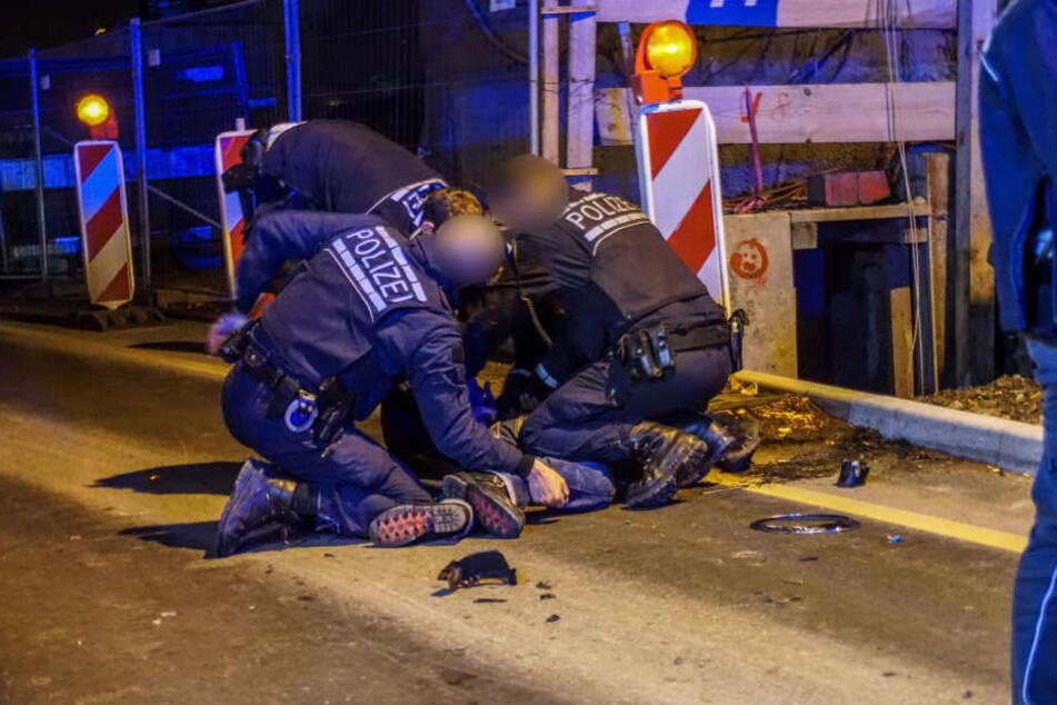 Die Polizisten prügelten auf den Mann ein.