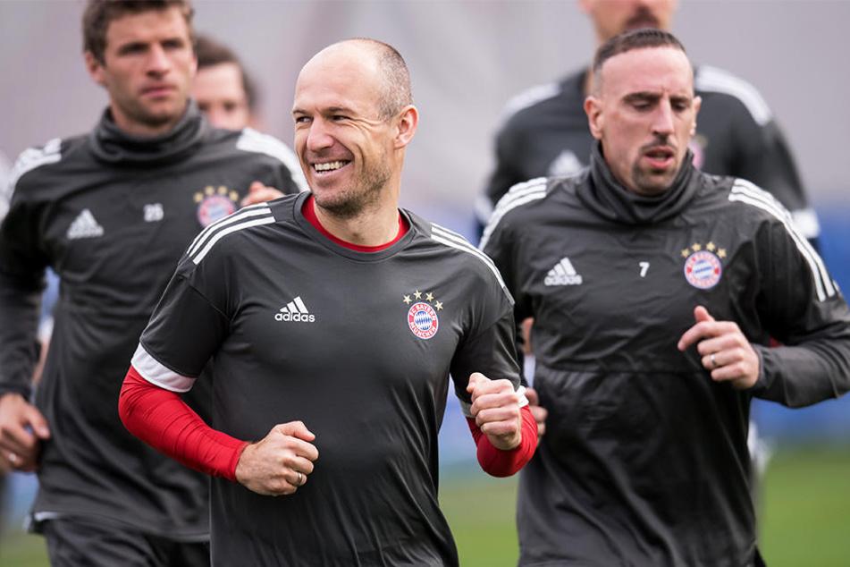 Hat gut lachen: Arjen Robben (vorne linke) kann sich wie sein Mannschaftskollege Franck Ribéry (rechts) über eine Vertragsverlängerung beim FC Bayern München freuen!