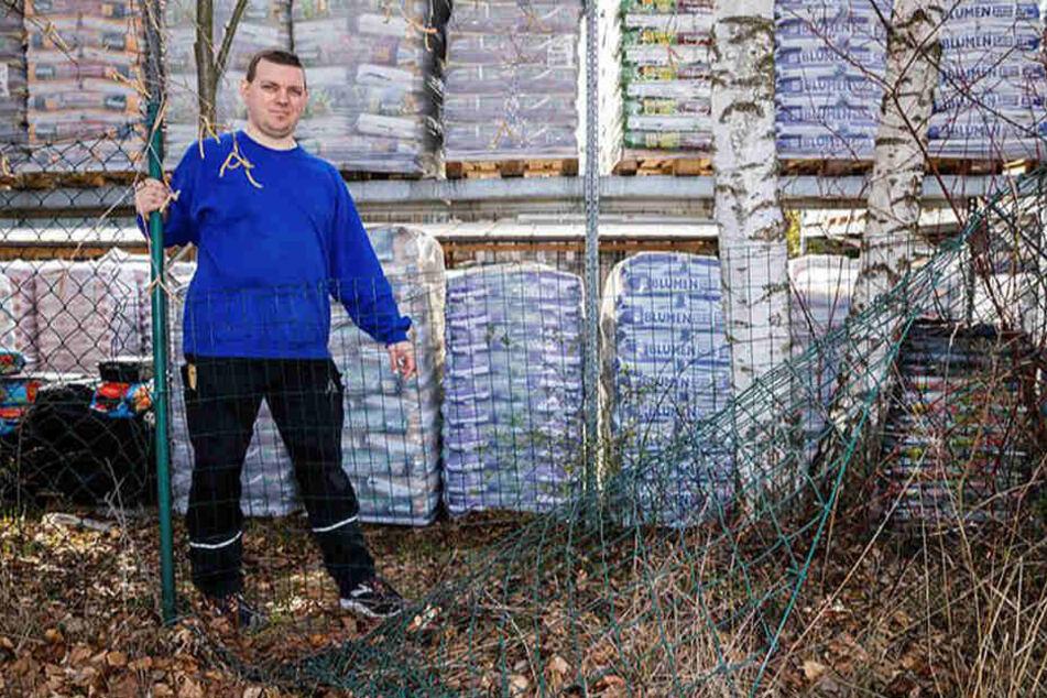 Verkäufer Enrico Harnisch (38) zeigt, wo sich die Diebe aus dem Baumarkt verdrückten.