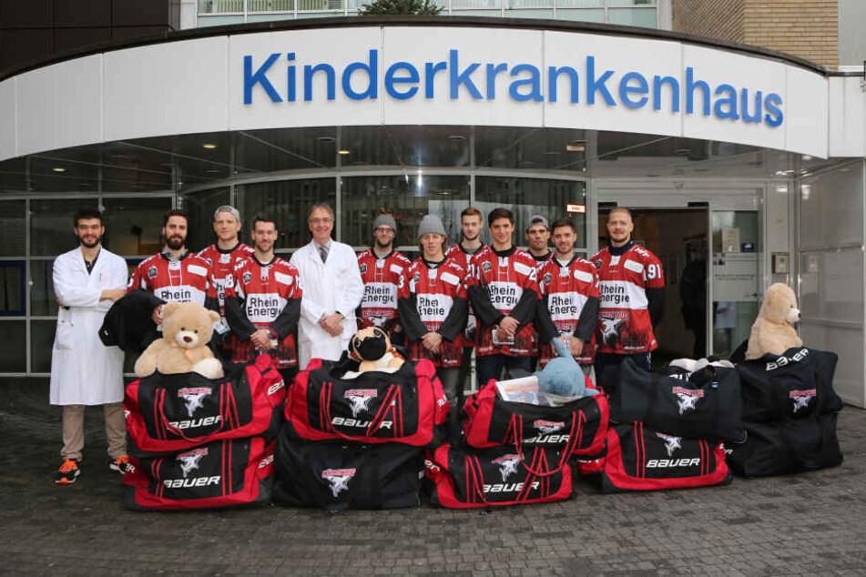 Die Spieler der Kölner Haie hatten Taschen voller Geschenke mitgebracht.