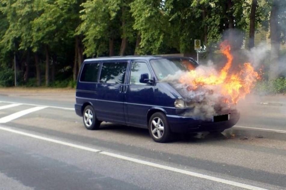 Plötzlich stiegen die Flammen aus dem Motorraum des Multivan empor.