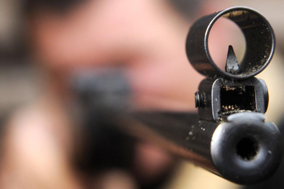 Mit einem Luftgewehr hat ein Unbekannter einen Balkon beschossen.