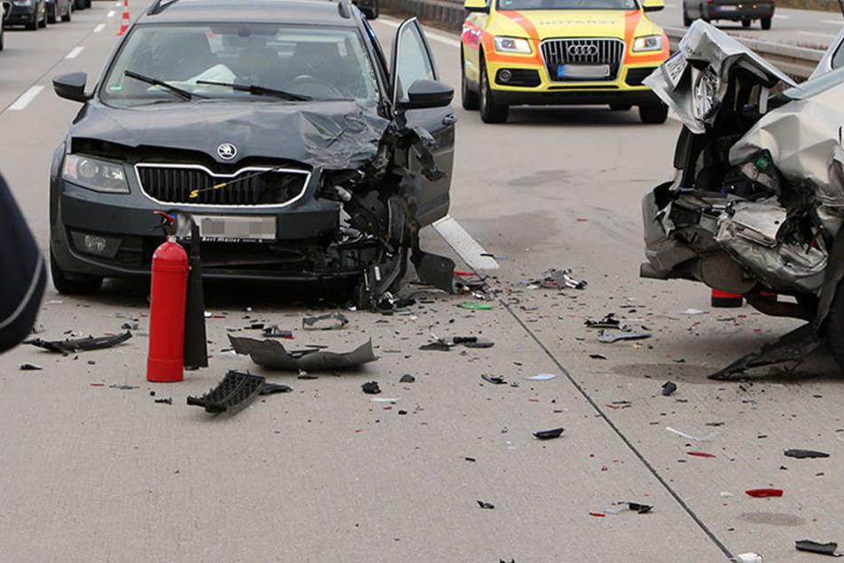 Trümmerfeld auf der A4: Mehrere Verletzte bei Unfall