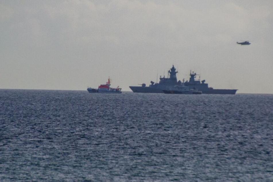 Rettungskräfte suchen die Ostsee ab.