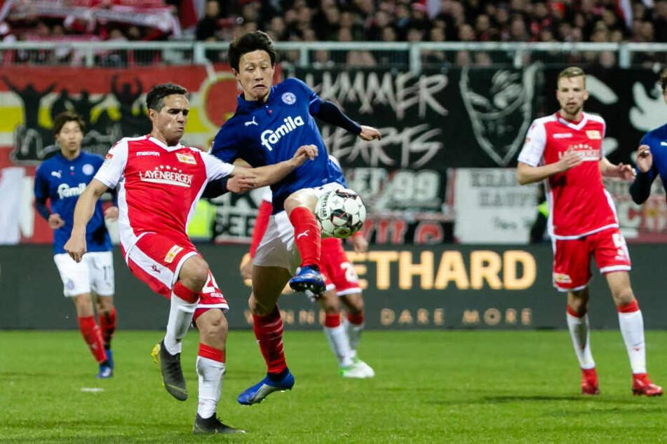 Der Berliner Manuel Schmiedebach (l.) versucht Kiels Jae-Seong Lee den Ball abzunehmen.