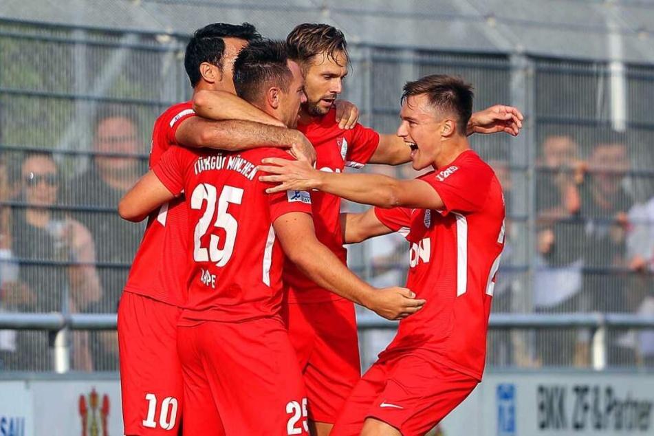 Die Spieler Yasin Yilmaz (l-r), Karl-Heinz Lappe, Marco Holz und Thomas Haas von Türkgücü München jubeln über ein Tor.
