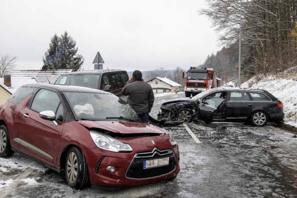 Dreifach-Crash in Kurve: Auto rast in Gegenverkehr