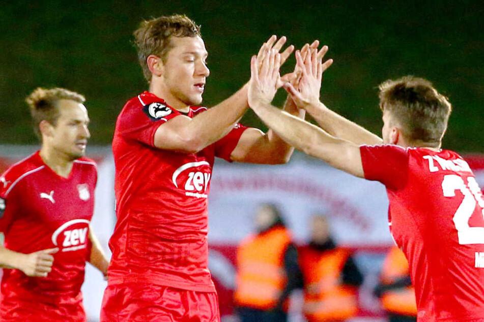 Torjubel nach dem  Treffer zum 1:2 durch Torschütze Robert Koch (li., Zwickau) mit Nils Miatke  (Zwickau).