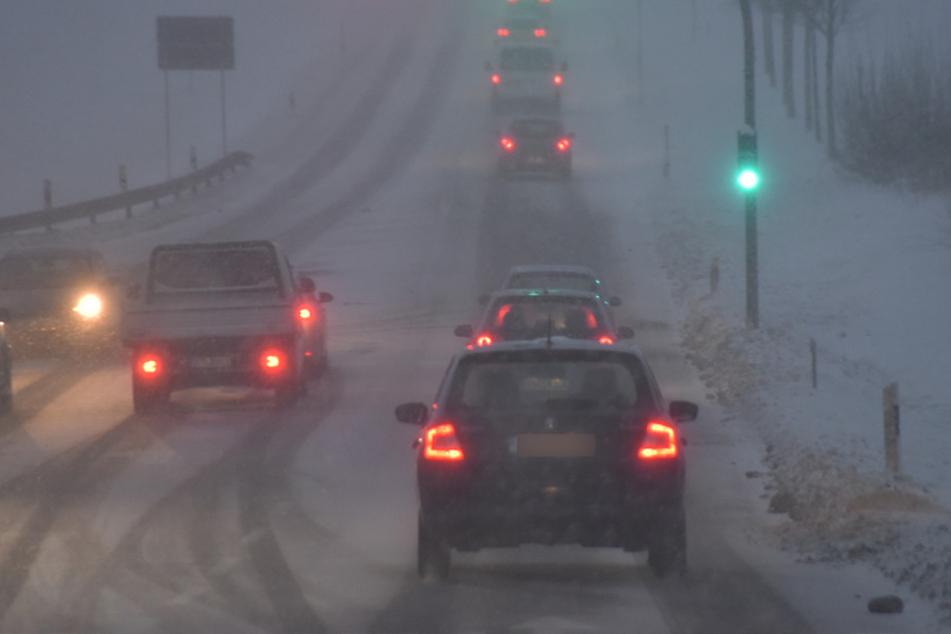 Am späten Mittwochnachmittag sorgten Schnee und Sturmboen für verstopfte Straßen im Erzgebirge.