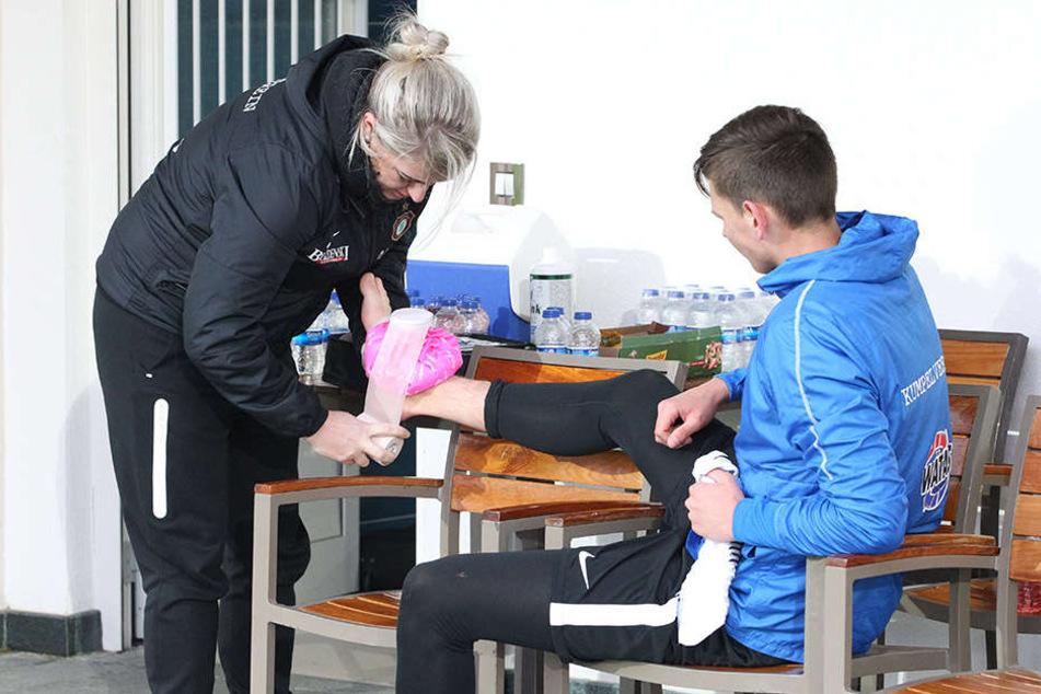 Kleine Blessuren gehören dazu: Hier verarztet Physiotherapeutin Nadine Dörfel den rechten Fuß von Paul Horschig.