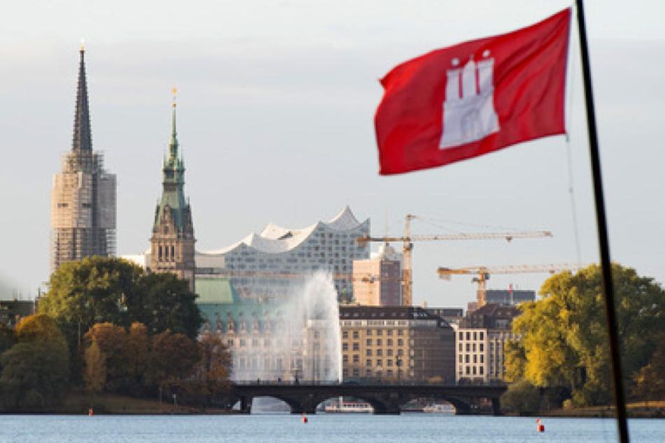 """Ob Bus, Bahn Auto, Fahrrad oder Boot: Zur """"Binnenalster"""" in Hamburgs Stadtzentrum führen viele Wege."""