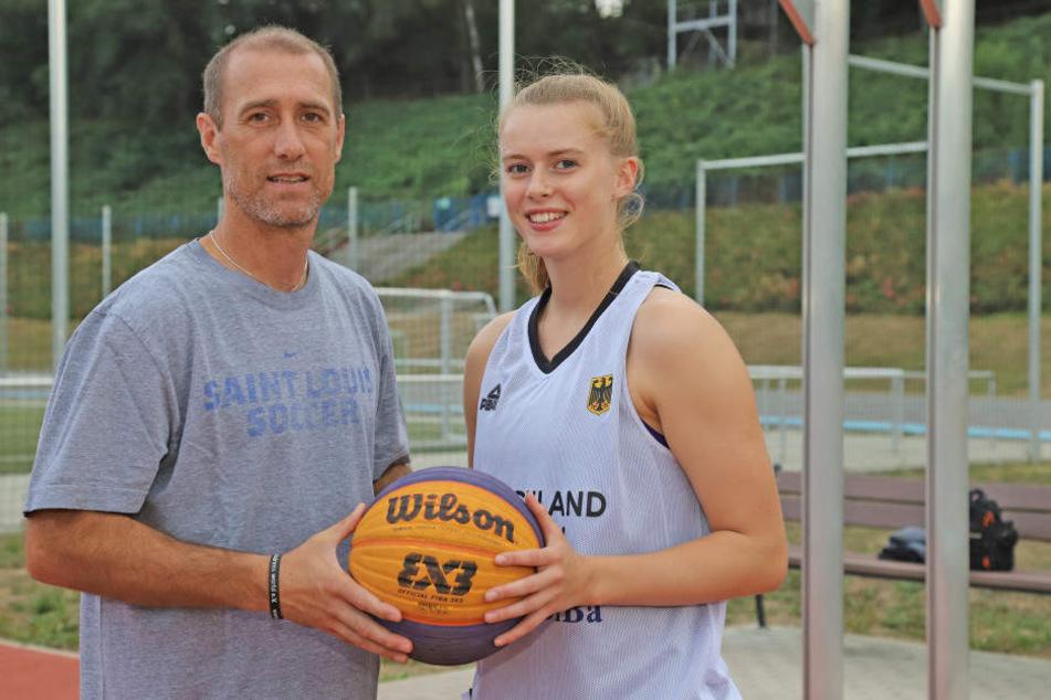 Vater und Tochter verbindet die Liebe zum runden Leder: Joe Enochs kam vor 24 Jahren von den USA nach Deutschland um Fußball zu spielen. Emily geht nun den umgekehrten Weg, um in Sacramento zu studieren und Basketball zu spielen.