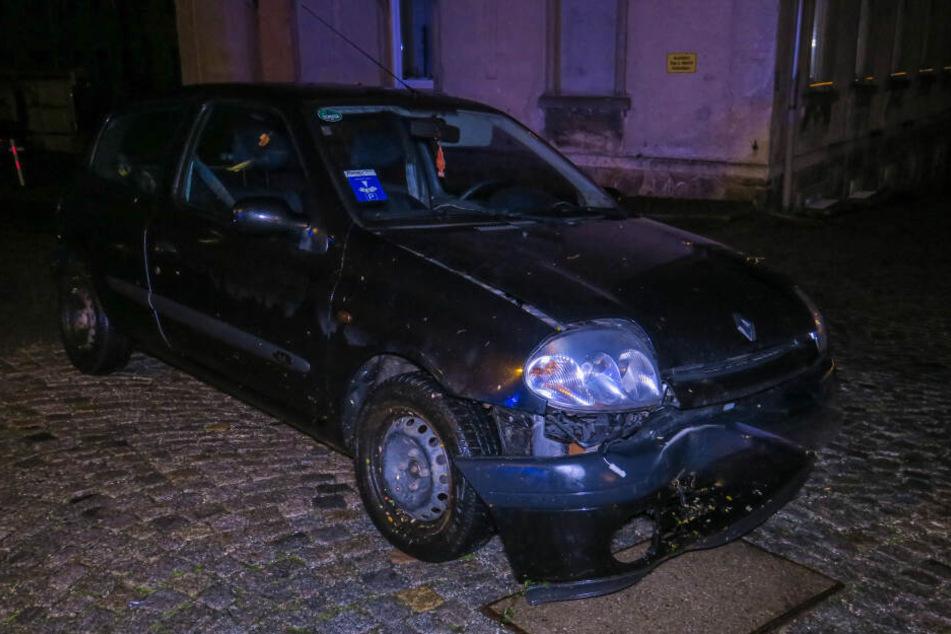 Der Renault krachte gegen einen Baum. Der Beifahrer soll dabei verletzt worden sein.