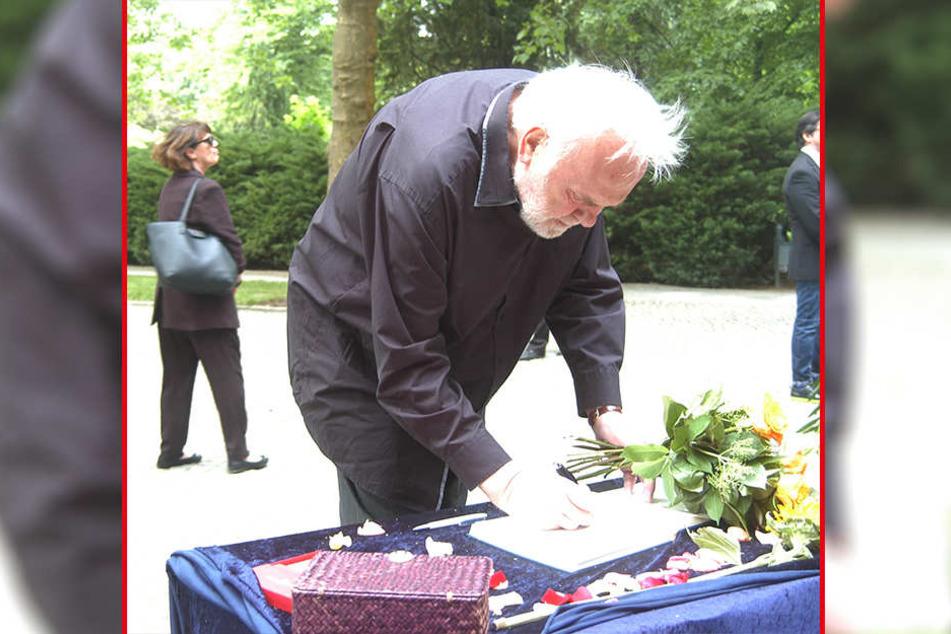 Entertainer Gunther Emmerlich (73) schreibt sich auf der Trauerfeier für Autor Thomas Herrmann ins Kondolenzbuch ein.