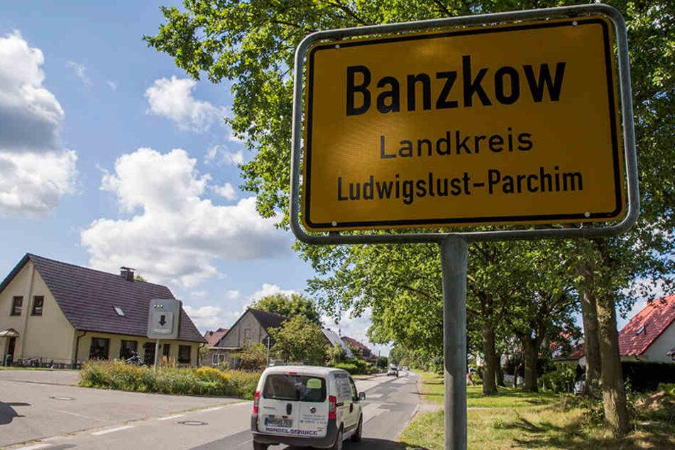 Beamte des BKA und der Bundespolizei durchsuchen Wohnungen und Geschäftsräume in mehreren Orten in Mecklenburg-Vorpommern. Es besteht der Verdacht der Vorbereitung einer staatsgefährdenden Gewalttat.