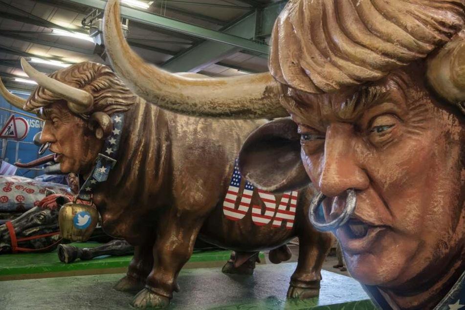 Hier wird Trump als Rindvieh durch die Stadt getrieben
