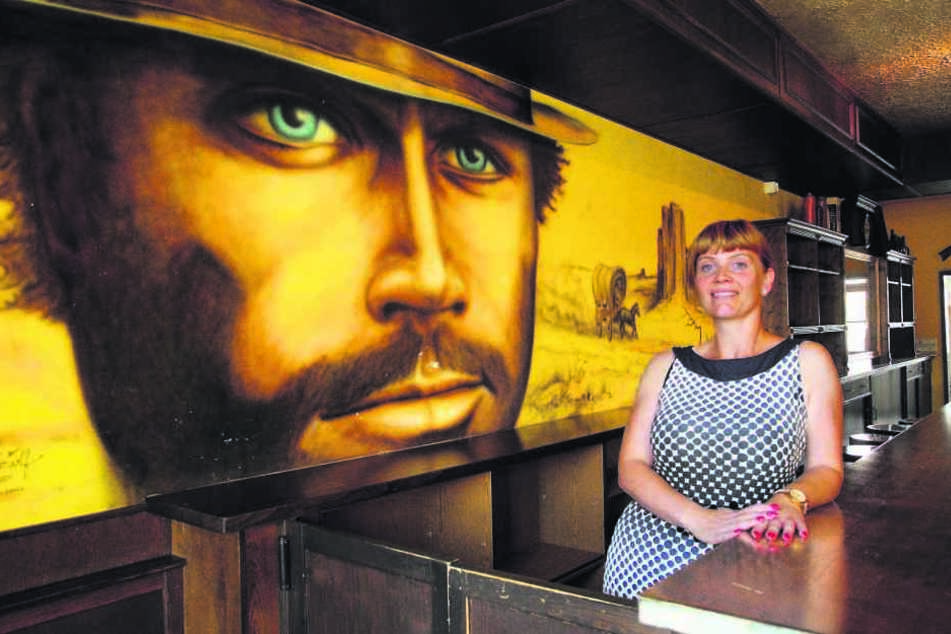 """Susann Kohlmann (36) in der """"Terence-Hill-Bar"""" - für den Star hätte sie garantiert 'nen Drink."""