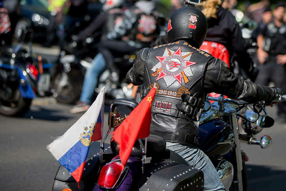 """Auch dieses Jahr werden Mitglieder des russischen Motorradclubs """"Nachtwölfe"""" und Anhänger von ausländischen Ablegern wie hier 2016 in Berlin am Sowjetischen Ehrenmal in Treptow ankommen."""