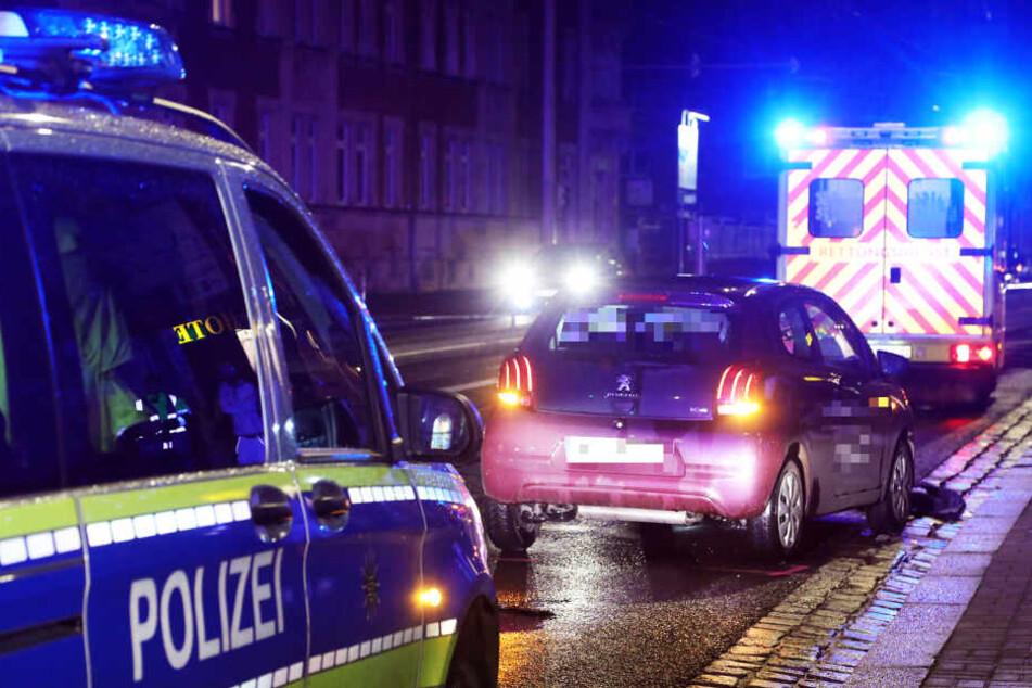 Der rote Peugeot erfasste zwei Fußgänger.