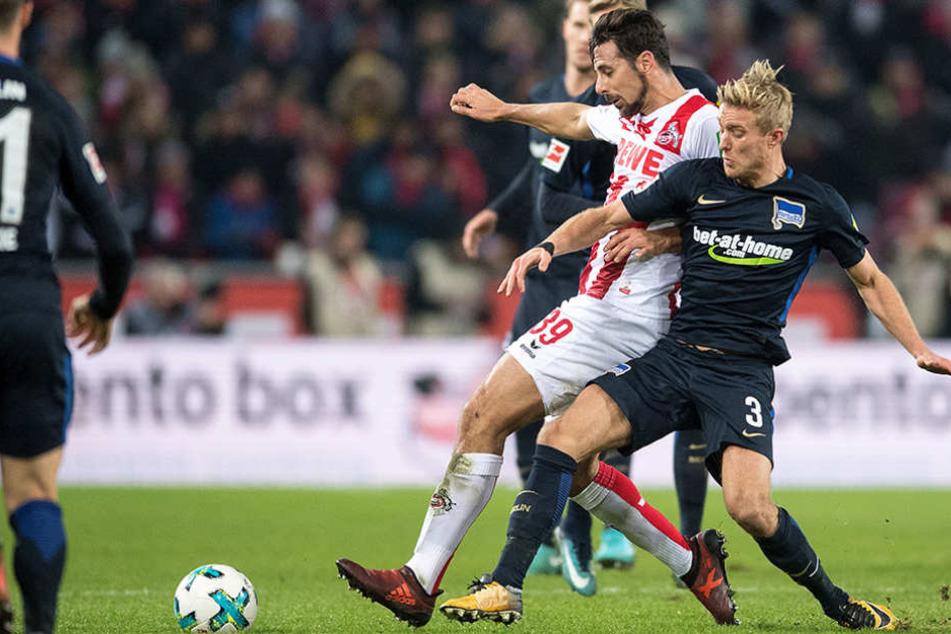 Kölns Claudio Pizzaro (l) und Herthas Per Ciljan Skjelbred kämpfen um den Ball.