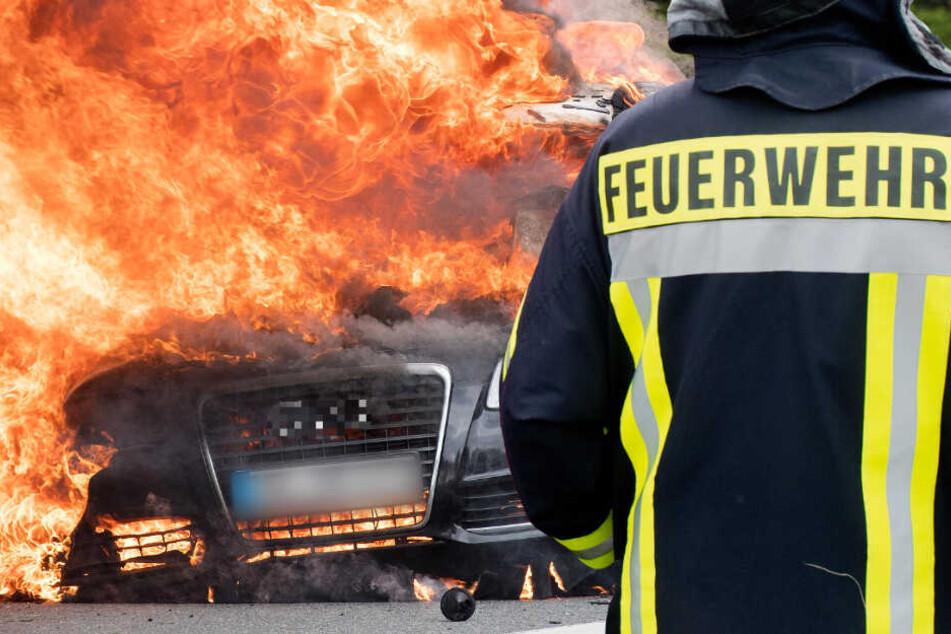 Als die Feuerwehr eintraf stand der Wagen in Vollbrand (Symbolbild).