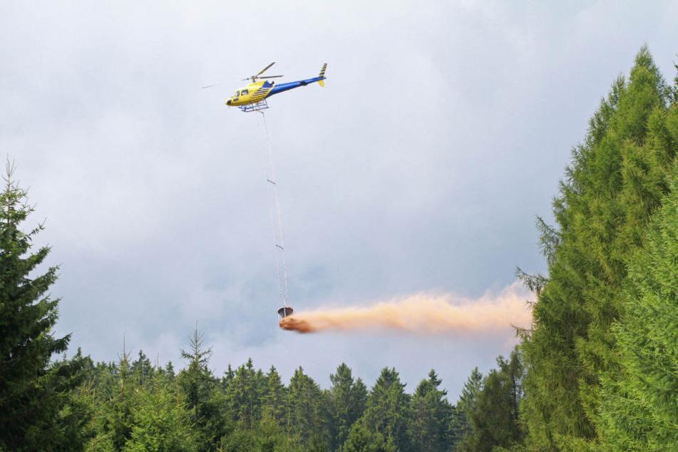 Rund 20.000 Tonnen Kalk werden seit Donnerstag über Sachsens Wäldern verstreut.