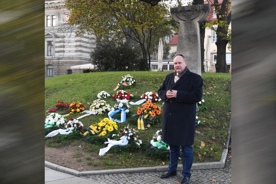 OB Dirk Hilbert (49, FDP) trauert am Ort der 1938 angezündeten Synagoge um die verfolgten und ermordeten jüdischen Mitbürger Dresdens.