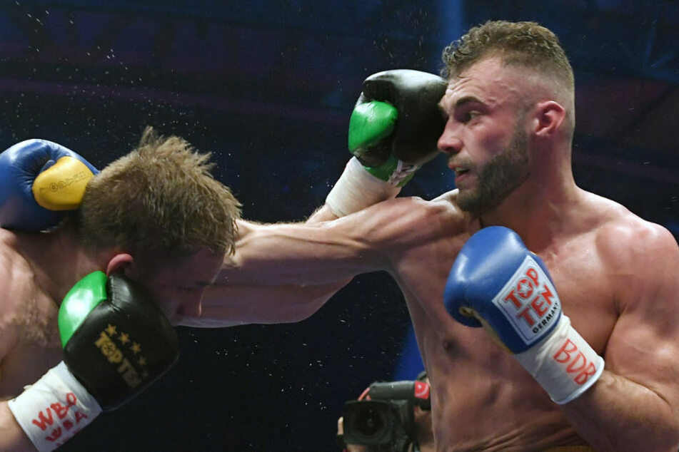 Dominic Bösel (r., hier gegen Sami Embom) wird am Mittwoch an der Achillessehne operiert und musste seinen Boxkampf gegen Enrico Kölling absagen.