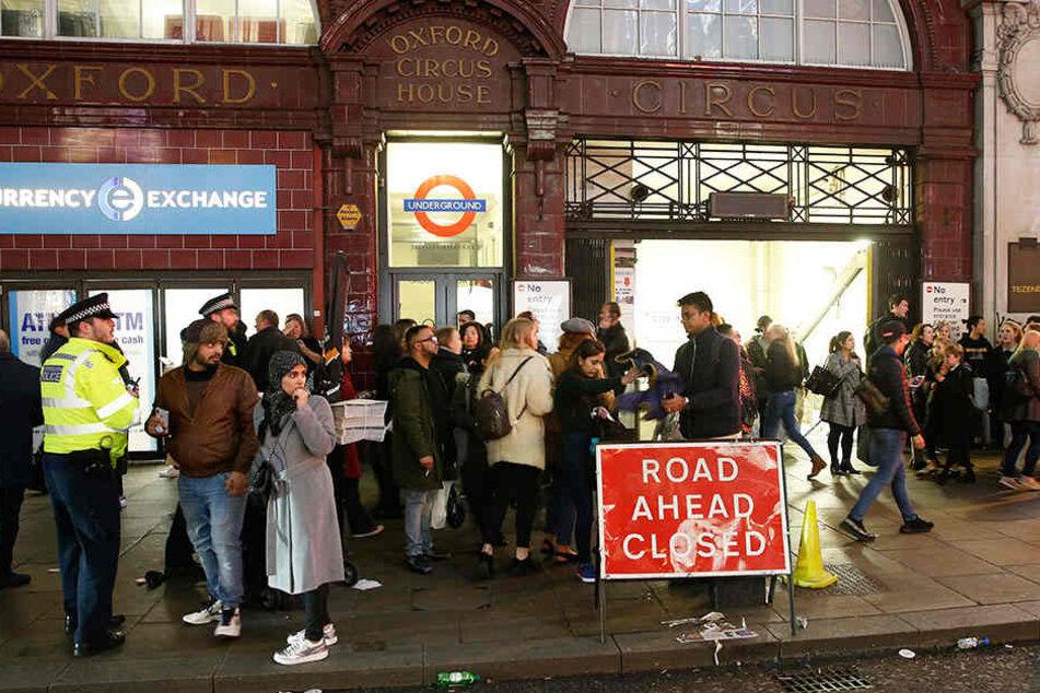 Zwei Männer streiten sich an Oxford Circus in London und lösen Massenpanik aus