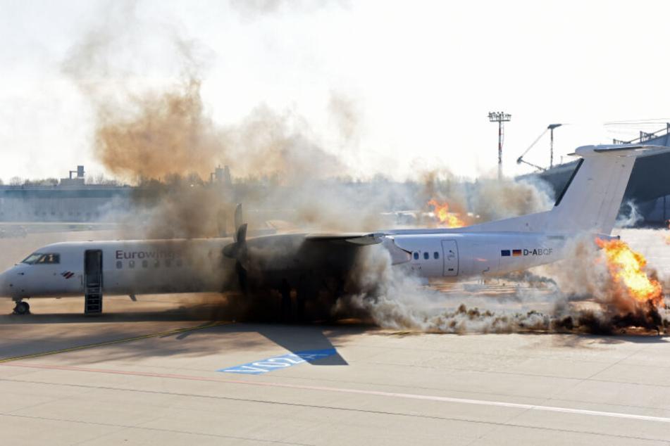 Das passiert, wenn ein Hubschrauber auf ein Flugzeug stürzt.