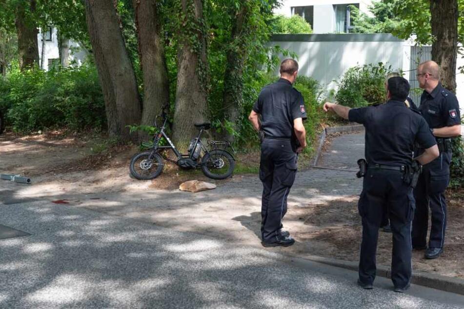 Polizisten untersuchen die Unfallstelle.